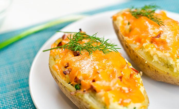 Запеченный фаршированный картофель с сыром и беконом