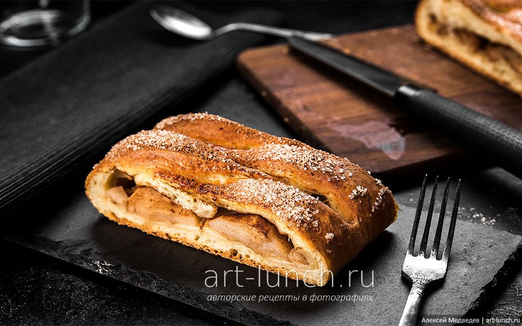 Творожный пирог с яблоками и корицей