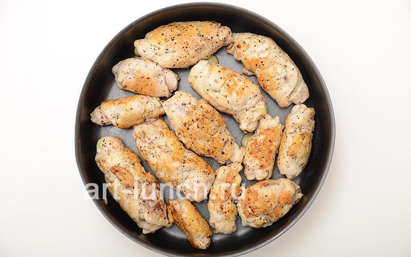 Куриные рулетики с сыром под грибным соусом