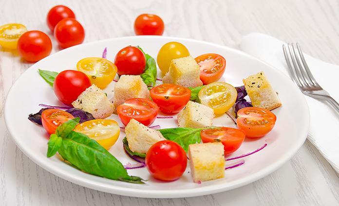 Томатный салат с базиликом и чесночными сухариками