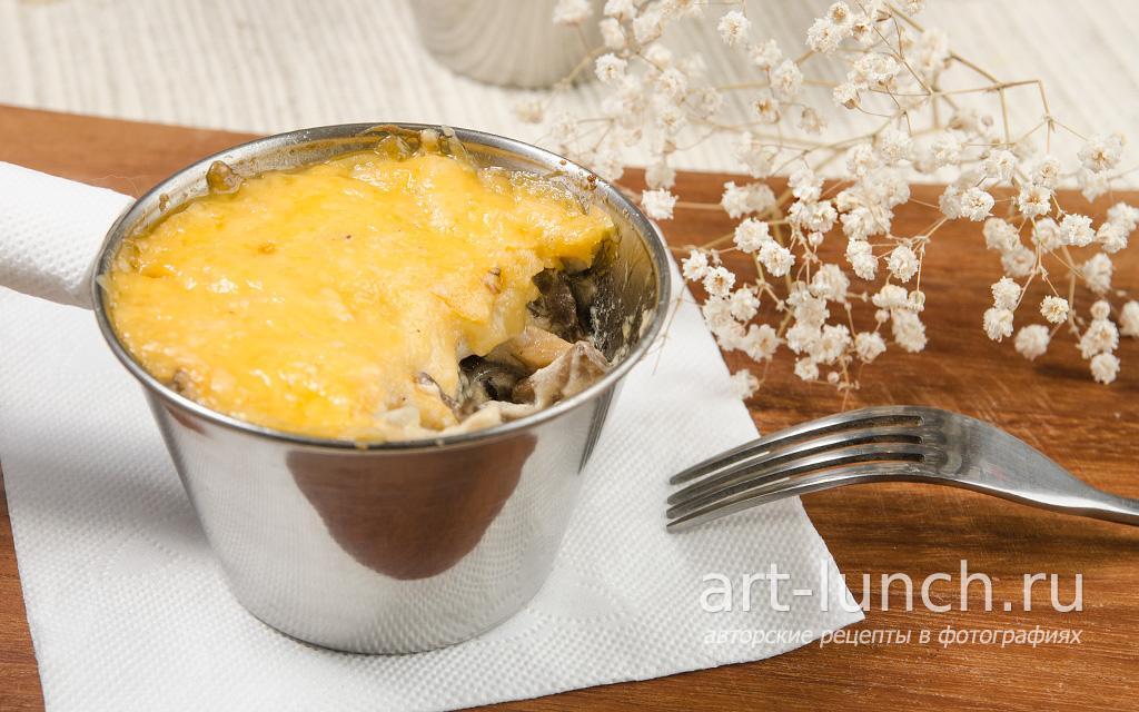 жульен с грибами и курицей на сковороде со сметаной