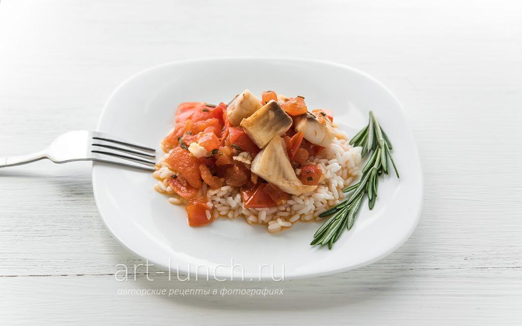 Тилапия с томатами и розмарином