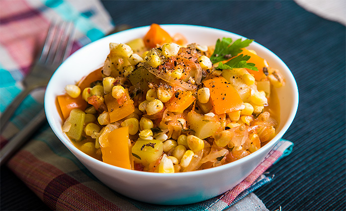 Овощное рагу с кукурузой, перцем и кабачками