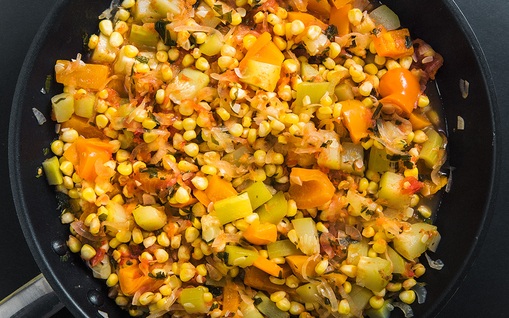 овощное рагу с кабачками, кукурузой и перцем
