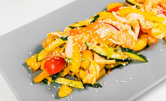 Картофельный салат с овощами и чесночной заправкой